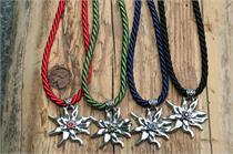 Trachtencollier mit dicker gedrehter Kordel und Edelweissanhänger - 22 rubin