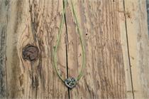 Trachtencollier mit Seidenband und Herzanhänger - 34 oliv